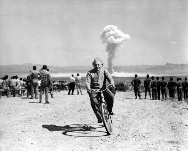Ajnštajn voza biciklu pored mesta gde je testirana jedna od prvih nuklearnih bombi. A da li se ovo zapravo dogodilo?