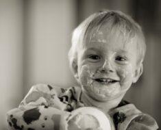 Dete koje je umazalo lice jogurtom