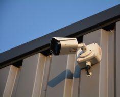 bela video kamera fiksirana za poslovni prostor