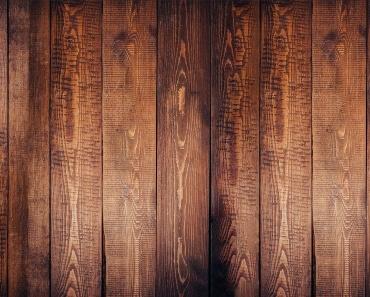 Drvene daske braon boje koje čine parket