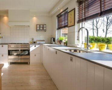 Dugačka kuhinja sa policama bele boje