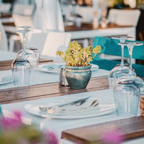 Postavljen sto u bašti restorana