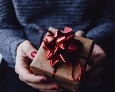 Upakovan poklon u rukama
