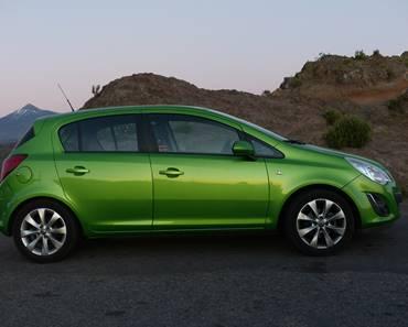 Opel corsa zelene boje, na putu