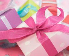 Pokloni u kutijama različitih boja, sa mašnama
