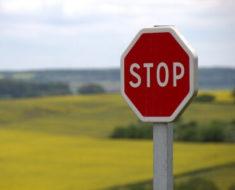 crveni saobraćajni znak stop